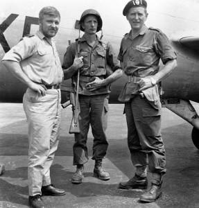 Майор Хоар, сержант Грант и неизвестный пилот не аэродроме Альбертвиля после операции.