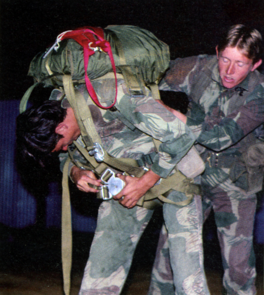 Тони Янг (справа) помогает товарищу надеть парашют, база ВВС и учебный парашютный центр Нью-Сарум.