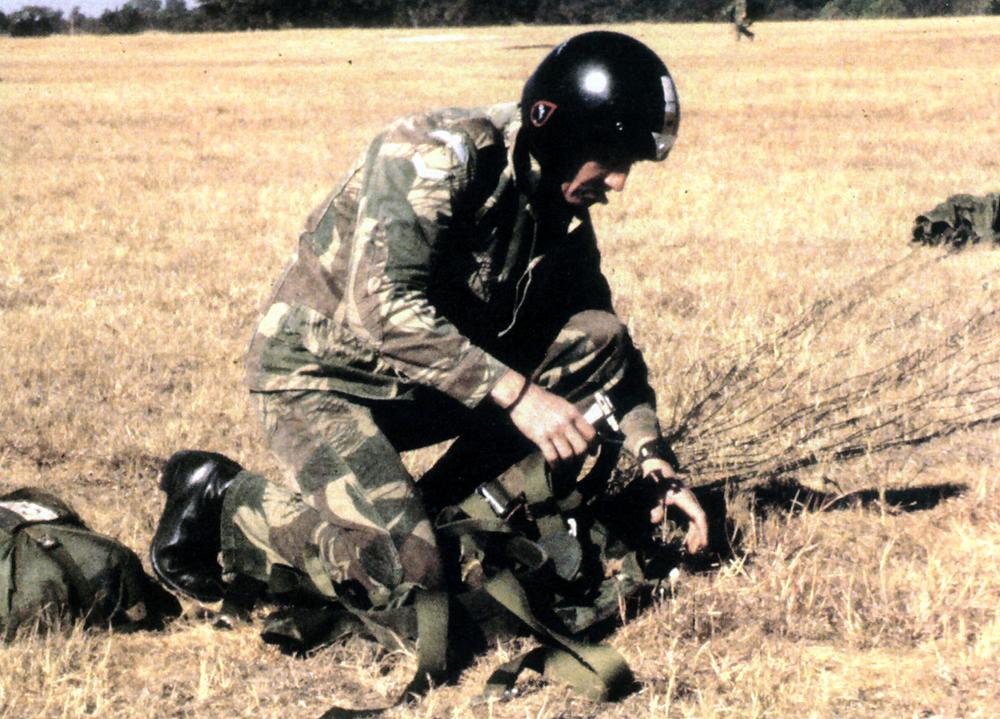 Тони Янг после учебного прыжка, база ВВС и учебный парашютный центр Нью-Сарум.