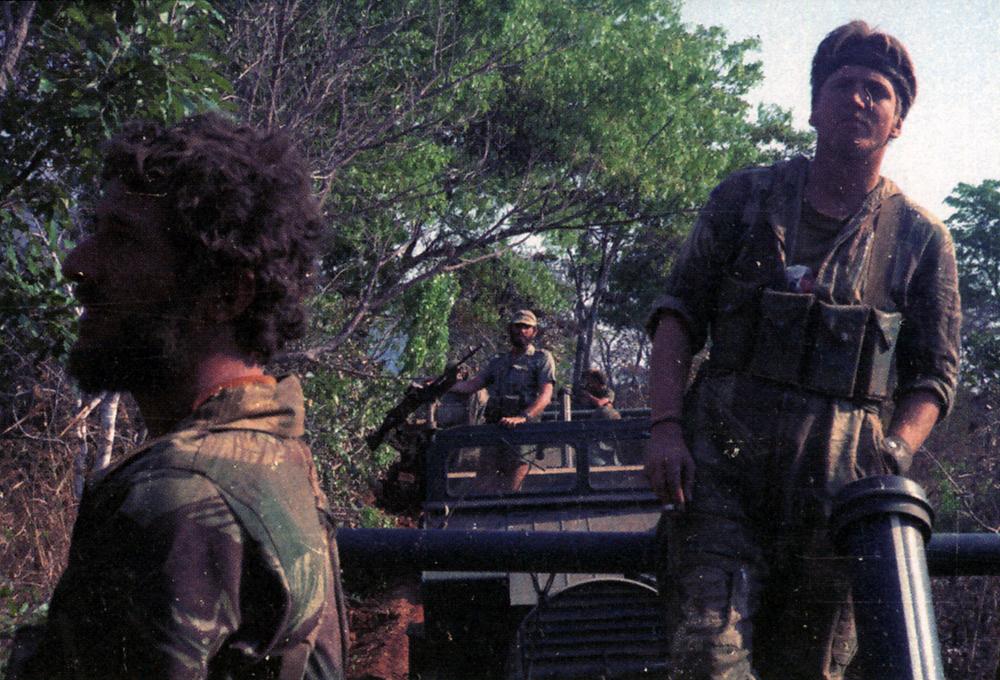 """Тони Янг (справа), во время передвижения мобильной колонны. Слева - боец Скаутов Селуса.  Операция """"Чудо"""", атака на хорошо укрепленный лагерь боевиков в Мозамбике (Монте-Кассино), 1979 год.  Это же фото в ч/б - вот тут.  О рейде РСАС в этот район, предшествовавшем операции """"Чудо"""", и гибели совестких военных советников написано вот тут."""