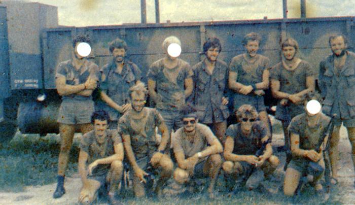 Перед началом операции. Крайний справа во втором ряду - капитан Роберт Макензи