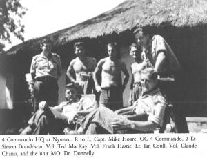 "4 Commando в Ньюнзу. Справа налево: капитан Майк Хоар, лейтенант Саймон Дональдсон, волонтер Тед МакКей, волонтер Фрэнк Хэсти, лейтенант Ян Коул, волонтер Клод Шану и военврач доктор Доннели. Фото из книги Майка Хоара ""The Road to Kalamata"""