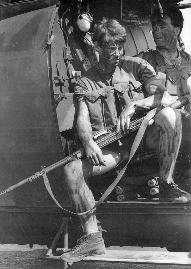 Легкий пехотинец после 3 боевых десантирований за день, район Мтоко.