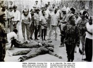 Симба возле тел убитых наемников Нестлера и Кёлерта. Фотография из журнала LIFE 12 февраля 1965 г.
