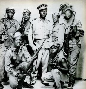 Симба, позирующие с оружием времен Второй Мировой Войны в фотоателье Стенливиля. Фотография из журнала LIFE 12 февраля 1965 г.