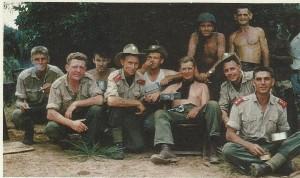 Пвето (Pweto), Катанга. 4 Commando отдыхают после тяжелой ночи... в баре. Фото из журнала Солдат удачи (Soldier of fortune), ноябрь 1985