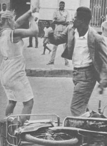 """Выступление против белых людей сразу после независимости. Женщину на фотографии сбросили с мотороллера и избили. Фотография из книги Джерри Пюрена """"Mercenary Commander"""""""