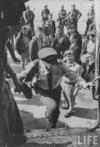 Арестованных наемников сажают в самолет для депортации в Бельгию. Конго, 1961 г. Фотография из журнала LIFE, фотограф - Howard Sochurek